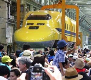 """ชาวญี่ปุ่นแห่ชมรถไฟ """"ชินคันเซนสีเหลือง"""""""