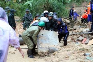 ดินถล่มฝังบ้านเรือนราษฎรตายยกครอบครัว 9 คน เวียดนามท่วมรันทดเศรษฐกิจเสียหายยับเยิน