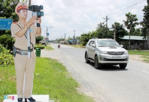 """เวียดนามตั้ง """"จ่าเฉย"""" ริมถนนเตือนผู้ใช้รถขับขี่ปลอดภัยลดอุบัติเหตุ"""