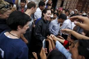 ชมภาพชุดใหญ่ Angelina Jolie ควงลูกชายเยี่ยมศูนย์ผู้หลบภัยในพม่า
