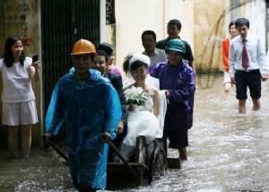 ภาพชุดวิวาห์มหาวิบาก หนุ่มสาวเปี่ยมสุขท่ามกลางอุทกภัยในเวียดนาม