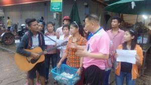 เด็กกะเหรี่ยง-พม่าถือตะกร้าร้องเพลงทั่วแม่สอด หวังระดมเงินช่วยเหยื่อน้ำท่วมพม่า