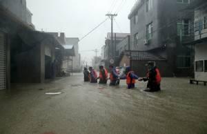 """""""เซาเดโลร์"""" เขมือบชาวจีนไปแล้ว 9 ราย ฝนตกหนักสุดในรอบศตวรรษ ไฟดับ 2 ล้านครัวเรือน"""