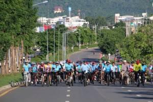 พ่อเมืองหนองบัวลำภูนำประชาชนครึ่งพันซ้อมปั่นเส้นทางจริง