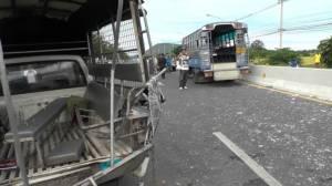 รถชนท้ายกัน 4 คันรวดที่ชัยนาท นักเรียนบาดเจ็บเกือบ 20 คนหามส่ง รพ.