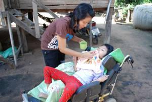 ยอดคุณแม่โคราชผู้เสียสละ! ฐานะยากจนยอมทิ้งทุกอย่าง ทุ่มชีวิตเลี้ยงลูกพิการลำพังมา 12 ปี(ชมคลิป)