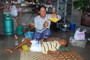 เปิดชีวิตแม่ชาวนาโคราชผู้อดทน! เฝ้าเลี้ยงลูกพิการป้อนข้าวทางสายยางมานาน 16 ปี(ชมคลิป)