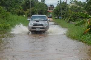 """""""ชาวสมเด็จ"""" ร้องผู้ว่าฯ เมืองน้ำดำนายทุนถมที่ปิดทางน้ำ ถนนเชื่อมหมู่บ้านจมน้ำ-พืชผลเน่าตาย"""