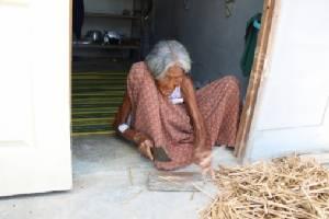 """ทึ่ง! พบคุณยายวัย 112 ปี ติดทำเนียบ """"แม่อายุยืน"""" ร่างกายแข็งแรง ผ่าฟืนขายได้ทุกวัน"""