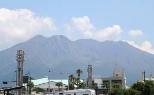 """ญี่ปุ่นยกระดับเตือนภัยภูเขาไฟ """"ซากุระจิมะ"""" ปะทุ แจ้งชาวบ้านเตรียมอพยพ"""