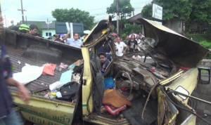 กระบะพุ่งชนท้ายสองแถวรับจ้างใน จ.จันทบุรี ตาย 1 เจ็บเพียบ