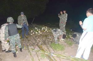ฝ่ายปกครองกาญจน์-ทหารฝ่าความมืดจับรถบรรทุกลอบขนไม้ไผ่กลางดึกส่งนายทุนสมุทรสาคร (ชมคลิป)