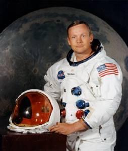 """พิพิธภัณฑ์สมิธโซเนียนระดมทุน """"ทะลุเป้า"""" ซ่อมชุดอวกาศ """"นีล อาร์มสตรอง"""" ตอนไปเหยียบดวงจันทร์"""