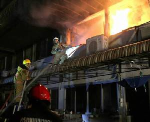 ไฟไหม้บริษัทรับเหมาก่อสร้างย่านบางซื่อหวิดย่างสดยกครัว