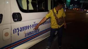 """รถตู้กรุงเทพฯ-พัทยาชนพ่อตา """"ติ๊ก ชีโร่"""" ดับคาที่"""