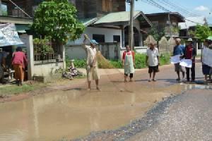สุดทน! ถนนพังยุบเป็นหลุมเป็นบ่อภาครัฐเมินซ่อม ชาวบ้านลงแห-สวิงประชด