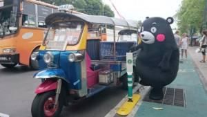 """ฮือฮา """"หมีเกรียน คุมะมง"""" โผล่ขึ้นรถตุ๊กตุ๊ก ที่กรุงเทพฯ"""