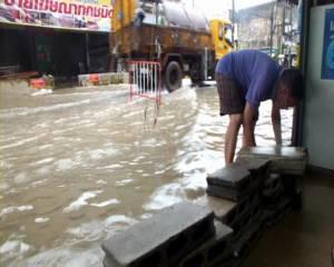 ฝนถล่มนาน 5 ชม.ถนนหลายสายเมืองจันทบุรีจม