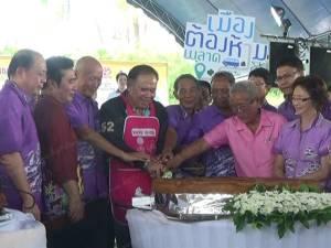 """เริ่มแล้ว! เทศกาล """"หมูย่าง-ขนมเค้กเมืองตรัง"""" ชื่อดังของไทยนักท่องเที่ยวแห่ซื้อคึกคัก (ชมคลิป)"""