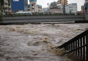 """ญี่ปุ่นสั่งอพยพชาวบ้าน 90,000 หนี """"น้ำท่วม-ดินถล่ม"""" หลังเกิดฝนตกหนักในจ.โทจิงิ"""