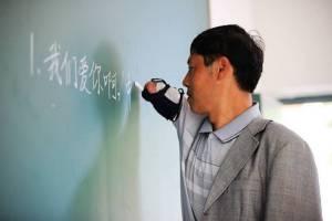 """ชาวเน็ตจีนยกย่องหัวใจ """"ยอดครูไร้แขน"""" ก้าวผ่านทุกอุปสรรคของชีวิต"""