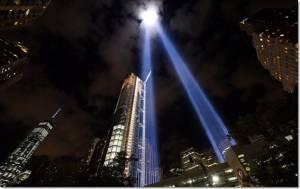 """In Pics ลำแสงเสรีภาพ: รำลึก 9/11 """"อเมริกาสงบนิ่ง"""" ในวันโดนก่อการร้ายโจมตีครบรอบปีที่ 14 พร้อมการกลับมาของ """"บริตนี"""" สุนัขกู้ภัยตัวสุดท้าย"""