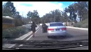 (ชมคลิป) เป็นงง? สาวทิ้งรถเดินชิล ปล่อยรถไหลพุ่งข้ามเกาะกลาง