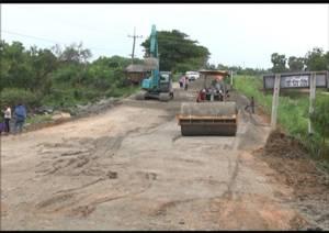 แขวงทางหลวงอยุธยาเร่งซ่อมถนนสายบางบาล-วัดตะกู หลังทรุดตัวกว่า 100 เมตร คาดไม่เกิน 5 วันเสร็จ
