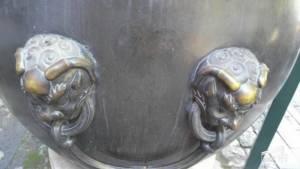 จวกยับสาวขี่รูปปั้น 600 ปี เซลฟีอวดโซเชียลฯ คู่รักสลักชื่อบนโอ่งโบราณของวังต้องห้าม