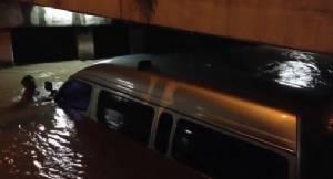 รถตู้รับส่งชาวต่างชาติถูกน้ำป่าซัดจมน้ำ ผู้โดยสารหนีออกจากรถได้รอดตายหวุดหวิด