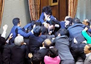สภาญี่ปุ่นซัดกันนัว หลังรัฐบาลดันกม.ความมั่นคงผ่านสภา (ชมคลิป)