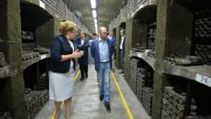 "In Pics : ยูเครนจี๊ด! ""โรงไวน์ไครเมีย"" เอาไวน์ล้ำค่าอายุ 240 ปีมาเปิดให้ ""ปูติน-แบร์ลุสโกนี"" กินฟรี"