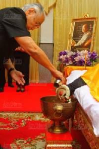 ในหลวงพระราชทานน้ำหลวงอาบศพ'ประภัสสร เสวิกุล'