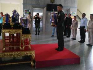 รองผู้ว่านราฯ อัญเชิญถ้วยพระราชทานรางวัลในการแข่งขันเรือหน้าพระที่นั่ง เตรียมมอบแก่ผู้ชนะเย็นนี้