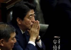 """คะแนนนิยม """"อาเบะ"""" ร่วงอีก หลังสภาญี่ปุ่นผ่านกฎหมายความมั่นคง"""