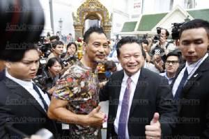 """คนแห่ชมแน่น!!! """"เยิ่นต๊ะหัว""""-""""หมีเซียะสวมชุดรำไทย"""" สักการะพระพรหมโปรโมตท่องเที่ยวไทย"""
