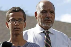 """หนุ่มน้อยมุสลิมที่ถูกจับหลังทำนาฬิกาอวดครู """"ลาออก"""" จากโรงเรียนแล้ว"""