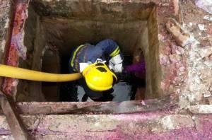 ทน.เจ้าพระยาสุรศักดิ์ ฉีดด่างทับทิมขจัดกลิ่นสารเคมีในท่อระบายน้ำ (ชมคลิป)