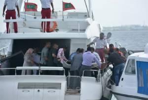 """ปธน.มัลดีฟส์รอดตายเหตุ """"บึ้ม"""" บนเรือเร็วหลังกลับจากพิธีฮัจญ์ แต่ """"เฟิร์สเลดี้"""" บาดเจ็บ"""