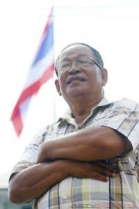 """""""ธงชาติและเพลงชาติไทย.."""" เป็นเสียงของประพันธ์ หิรัญพฤกษ์ : เปิดตัวเจ้าของเสียงพูด ก่อนยืนตรงเคารพธงชาติ"""