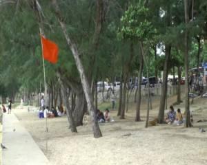 เร่งติดธงแดงเตือนนักท่องเที่ยวไม่ให้เล่นน้ำบริเวณชายหาด 5 แห่งในจันทบุรี