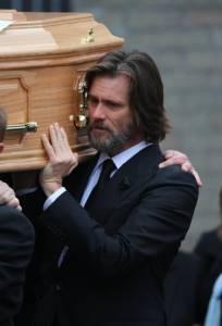 """วันเศร้าของดาวตลก """"จิม แคร์รี"""" ร่วมพิธีศพแฟนสาวที่ฆ่าตัวตาย"""