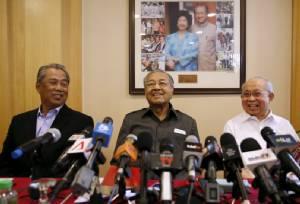 """""""มหาธีร์"""" จับมือแกนนำพรรค UMNO แถลงข่าวไล่บี้ """"นาจิบ"""" เรื่องกองทุนฉาว 1MDB"""