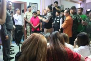 บุกร้านโอเกะชื่อดังเมืองกาญจน์นำสาวชาวไทยใหญ่ไม่เกิน 18 ปีลอบบริการทางเพศ