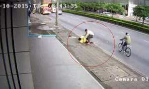 หนุ่มออฟฟิศซวยจัด โดนคนบ้ารัวหมัดใส่กลางถนน น่วมหน้าเละเย็บ 5 เข็ม