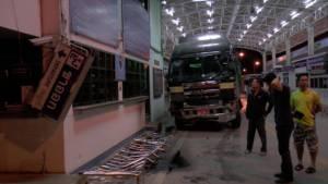 รถบรรทุกพม่าฝ่าด่านเมียวดี ชนด่าน ตม.แม่สอด พบค้าชายแดนคึกคักรับเลือกตั้งใหญ่พม่า