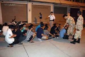 จนท.บางละมุงนำกำลังบุกจับสถานบริการปล่อยเด็กต่ำกว่า 20 ปี มั่วสุมกว่า 30 คน