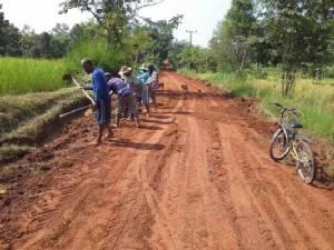 ชาวบ้าน อ.นาเยีย ไม่รอรัฐ! ซ่อมถนนใช้เองยาวกว่า 10 กิโลเมตร