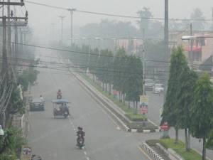 หมอกควันไฟป่าอินโดฯ ยังกระทบหนักหลายพื้นที่ เร่งแจกหน้ากากสั่งติดตามข่าวสารใกล้ชิด