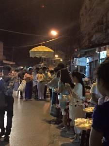 พุทธศาสนิกชนไทย-พม่าร่วมตักบาตรเทโวฯ 2 แผ่นดิน